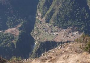 Une vue plongeante sur la route du Tour des Annapurna.