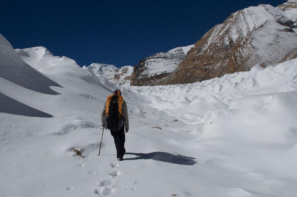 Dhane Magyar, dans l'allée des pénitents que nous emprunterons à la descente du glacier du Damodar.