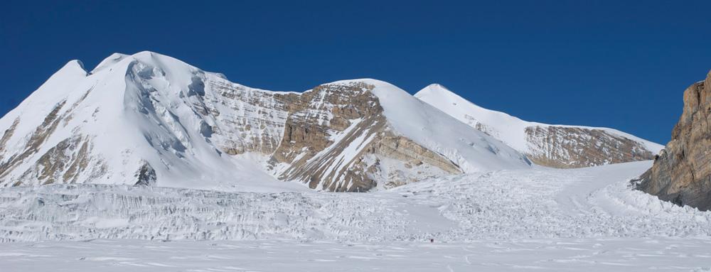 Le haut du glacier du Damodar, avec au fond le Khumjungar Himal.