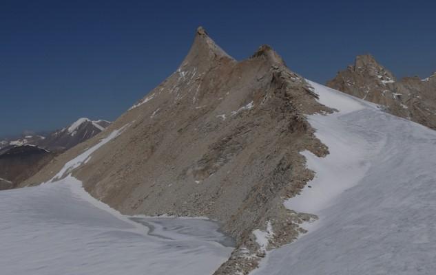 Depuis le Pema Himal, le sommet du Mansail. Un camp d'altitude près du petit lac glaciaire est peut être préférable à un départ du camp de base. Ou encore, de l'autre coté du Manshail Pass pour être au soleil le matin.