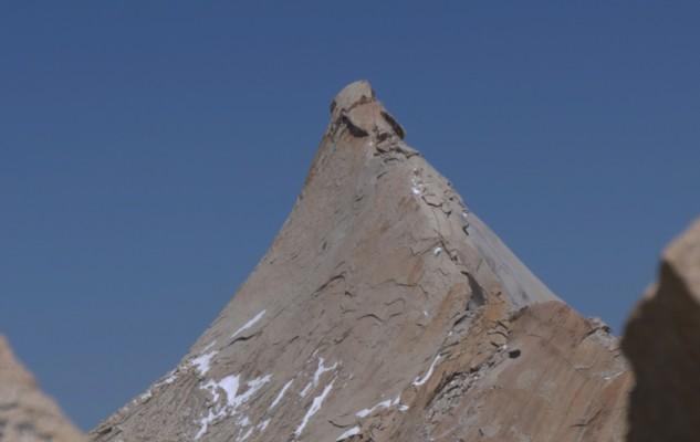 Un petit sommet un peu pointu et qui semble être en beau granit !