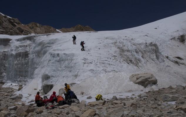 Michel et Jacky descendent en crampons la dernière pente du glacier. Tout va bien...