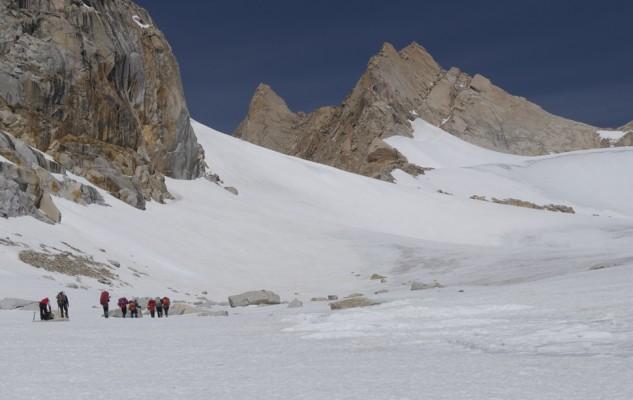 La suite de la montée, sur un glacier plat, ne leurs pose pas beaucoup de souci.
