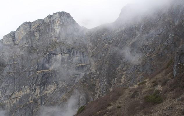 La suite de l'itinéraire est particulièrement spectaculaire, mais toujours très bien tracé. Le sentier remonte cette faille entre deux falaises.