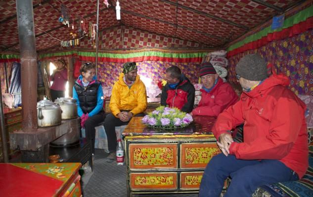 L'intérieur chaleureux d'une Black Tent... on dort tous ensemble sur les blanquettes. Forcément une belle expérience !