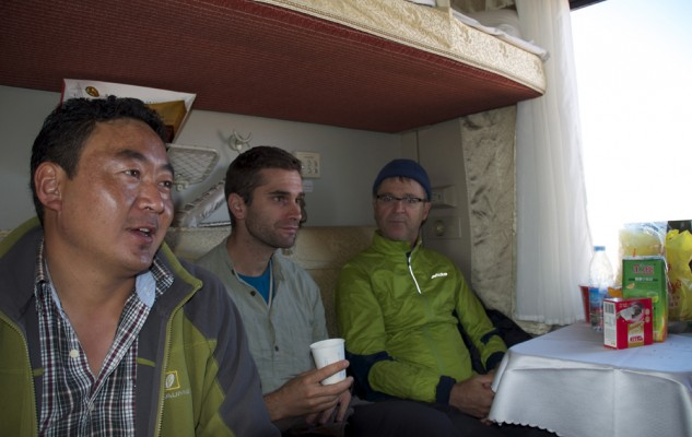 Le temps du petit déjeuner..., improvisé sur la table de la cabine. Punchok, Julien et Bruno