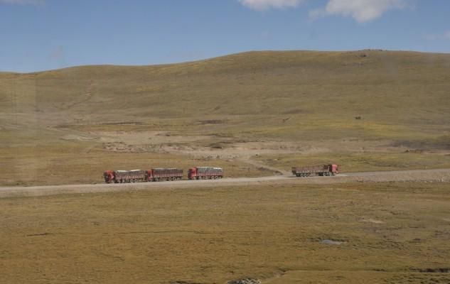 Et la route qui parfois s'invite dans le paysage, avec de gros camions. très chargés dans un sens et vide dans l'autre !?