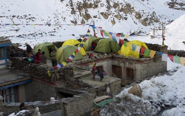 Comme d'habitude, nous nous installons sur le toit de la maison des parents de Sonam Rinzi. Nous sommes presque un peu chez nous...
