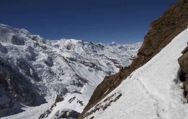 La traversée pour rejoindre le glacier, rien de bien difficile car il y a même un petit sentier dans les éboulis.