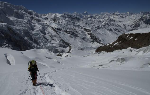 A la sortie du glacier, les pentes sont beaucoup plus confortables. La corde est d rigueur, malgré le peu de risque.