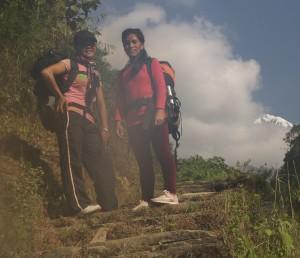 Sun Maya Sherpani et Uty Sherpani, durant le trek. Touristes au Népal... et très heureuses d evisiter le massif des Annapurna.