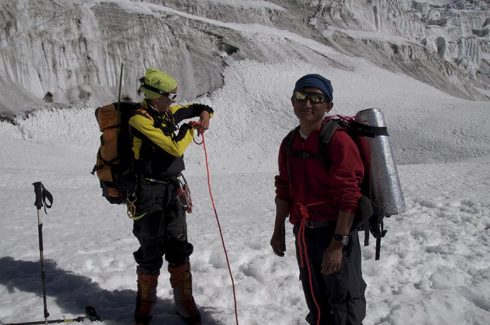 Sonia dans ses oeuvres. Elle est encordé avec Bahadur, notre cuisinier, qui voulais voir notre camp d'altitude.