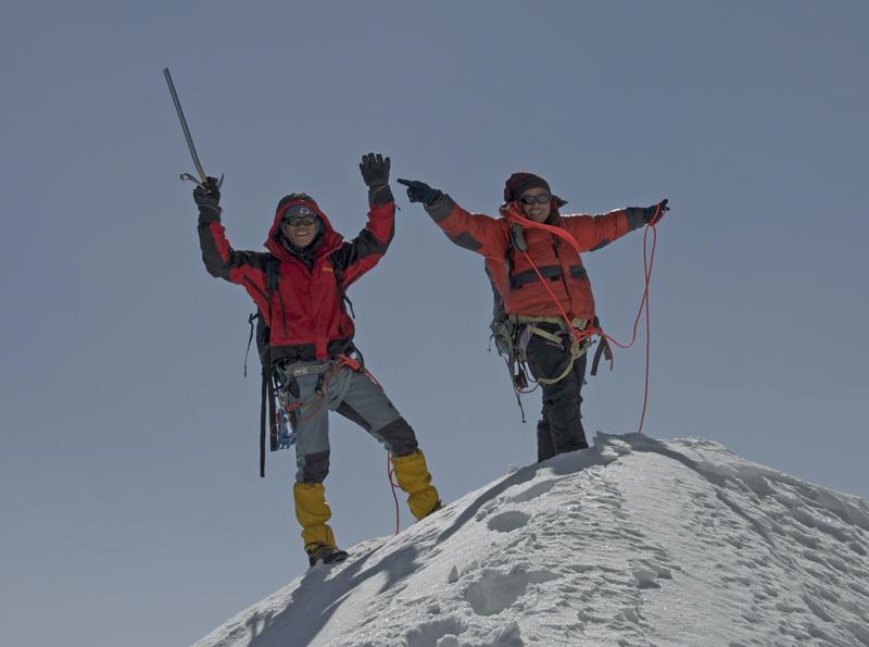 La cordée des Bothias au sommet. C'est aussi leur première réussite sur un vrai sommet. Je ne me suis pas beaucoup occupé d'eux par manque de disponibilité. Mais ce sont deux piliers de mon équipe népalaise pour les expéditions que j'organise. Et je suis très heureux pour leur réussite !