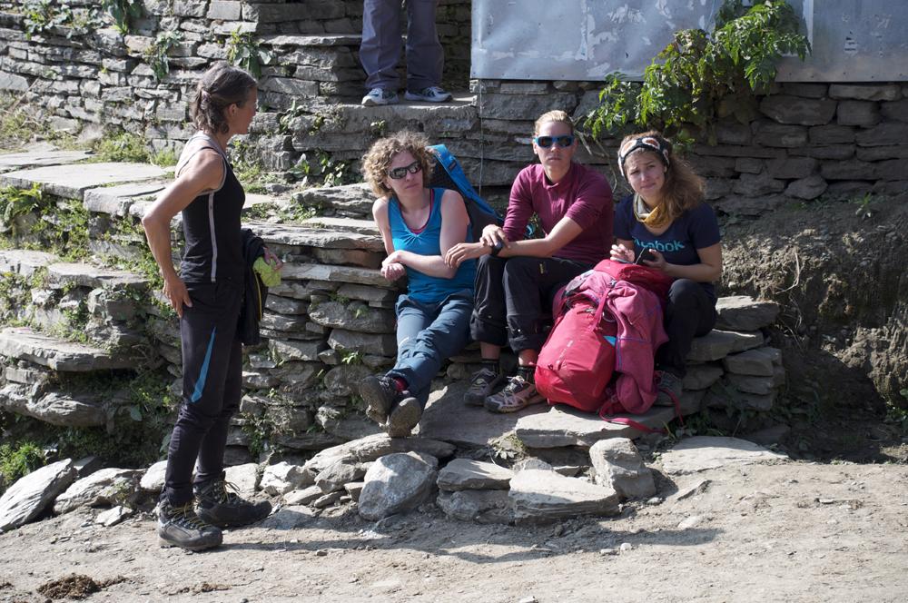 Laura, Emy, Julia et Sonia. En attendant la jeep pour le retour sur Pokhara. Une très bonne idée.