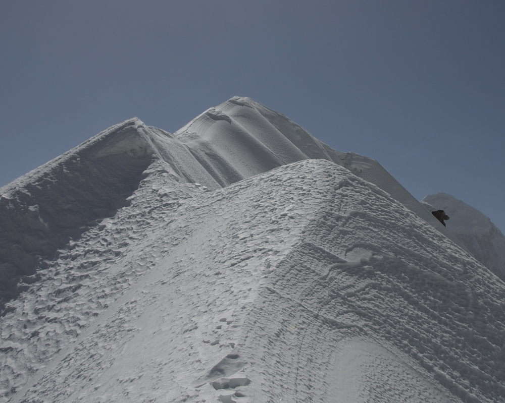 Notre arête terminale. Pas vraiment la porte d'à côté. Et surtout pas de trace. Et pourtant, des népalais nous avaient dit être allé au sommet...