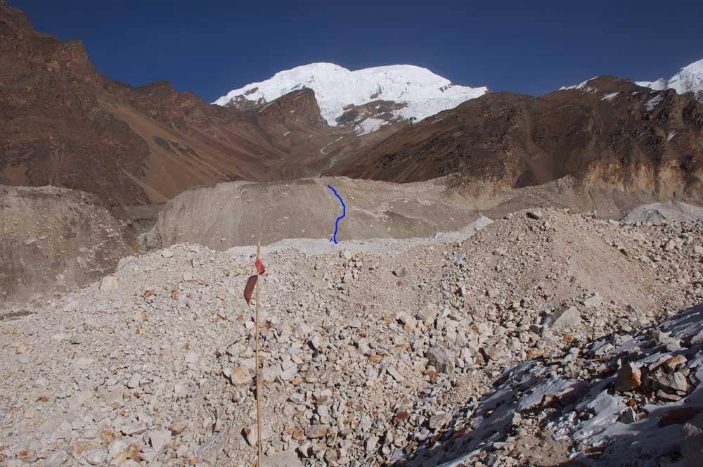 Le tracé bleu est certainement le passage le plus délicat de notre ascension : la remontée de la moraine pour accéder à notre camp de base.  En 2013, un véritable sentier avait été taillé. Mais qu'en restera-t-il après la mousson ?