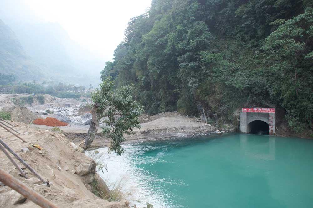 A Nagdi, en 2014, une grosse entreprise chinoise travaille jour et nuit sur le chantier d'une centrale hydro-électrique. Une ambiance totalement surréaliste au Népal. Où en seront les travaux un an plus tard... ?