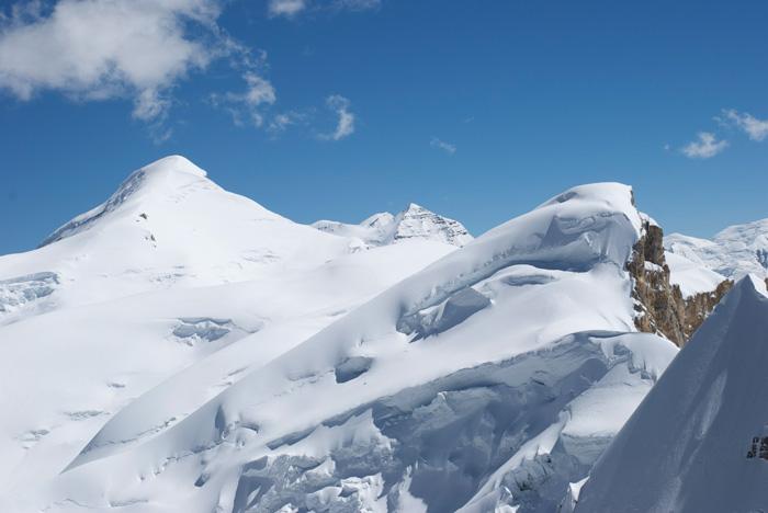 Caché au pied du grand sommet de gauche, le Lagula, presque invisible, le Bhrikuti Shail est un petit dôme de neige.