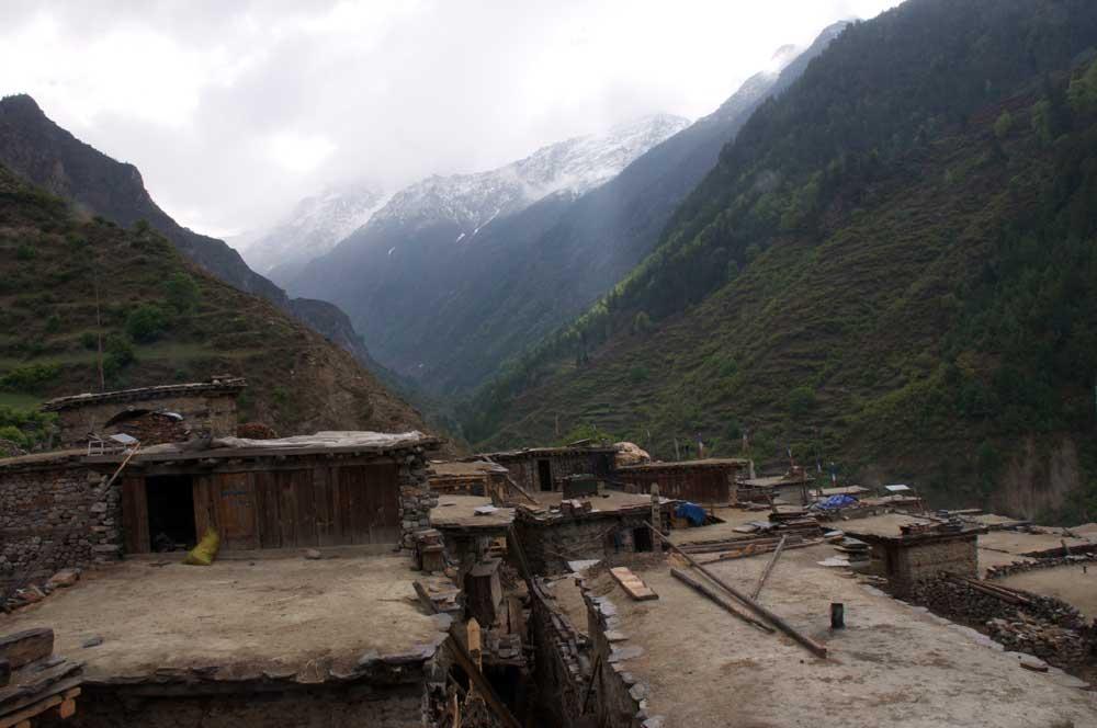 Les toits du village de Hepka (le bas), de culture tibétaine. La vallée en face est aussi l'entrée dans le massif de Limi. Nous avons appris qu'il était possible de s'y rendre avec des mules et qu'il y même un itinéraire qui traverserait un grand col sur la droite pour rejoindre la Chuwa Khola et le monastère de Raling. Une rumeur existe aussi sur un passage possible vers la Nying Khola, utilisé il y a bien longtemps...