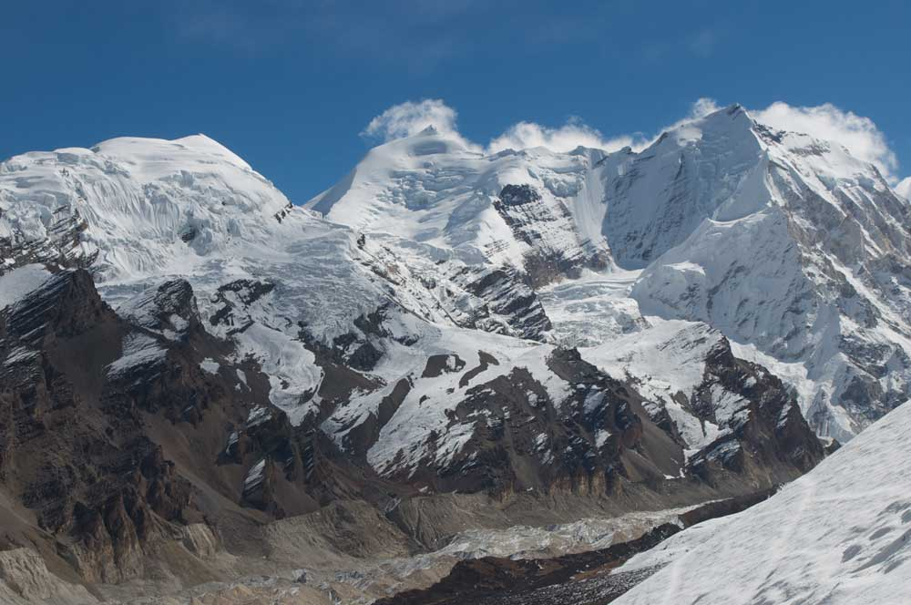 Au centre, la petite pyramide de l'Himlung. Et à droite, le sommet du Dharma Himal,