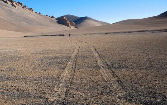 Et oui, nous sommes au Népal et ces traces de véhicule viennent de Chine ! Mais que viennent-il faire en direction des Damodar Kunda...