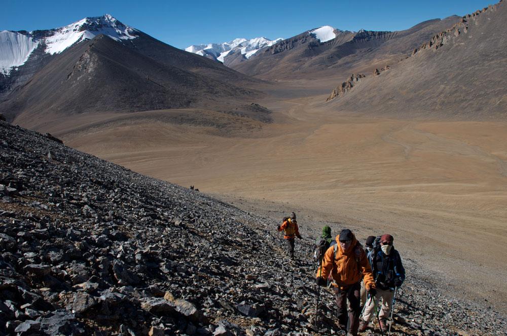 Il y a aussi cette journée exceptionnelle après le sommet, le long de la frontière chinoise pour rejoindre Chhödzong Gompa. C'est la clef de cet itinéraire que nous avons défriché avec Etienne Principaud. Surprise, le sentier est maintenant très bien tracé et accessible pour des mules, car c'est un trek qui devient de plus en plus fréquenté.