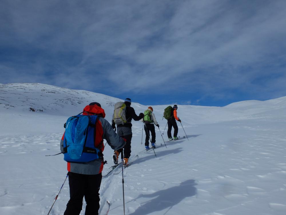 En route vers le plateau d'Emparis pour trouver un peu de neige et nous mettre à l'abri du vent.