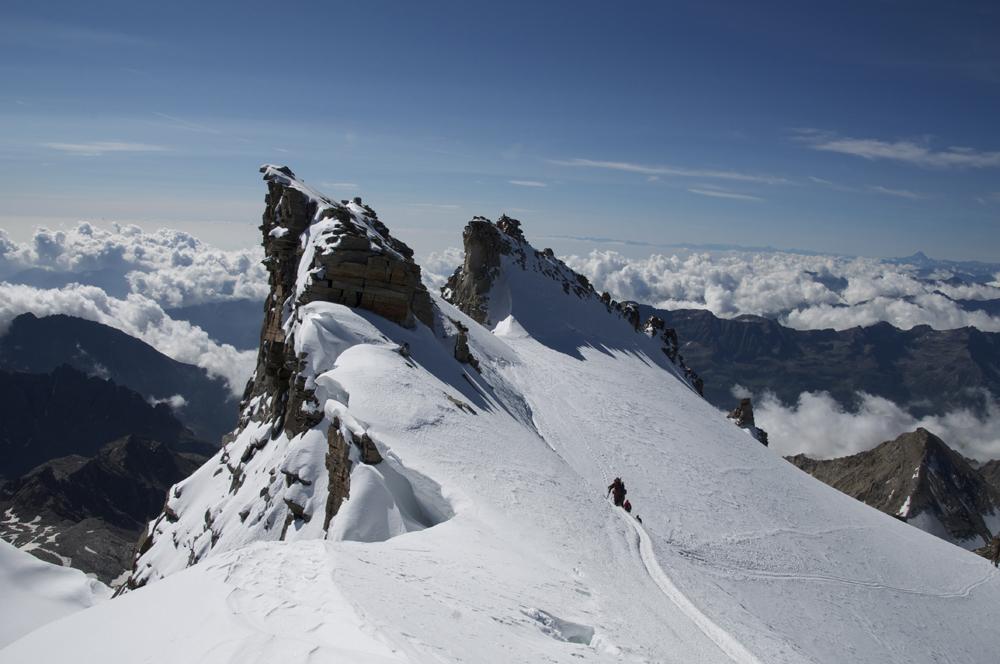 Proche du sommet, en versant Voie Normale, le petit col d'où débouche la voie du Val de Cogne.