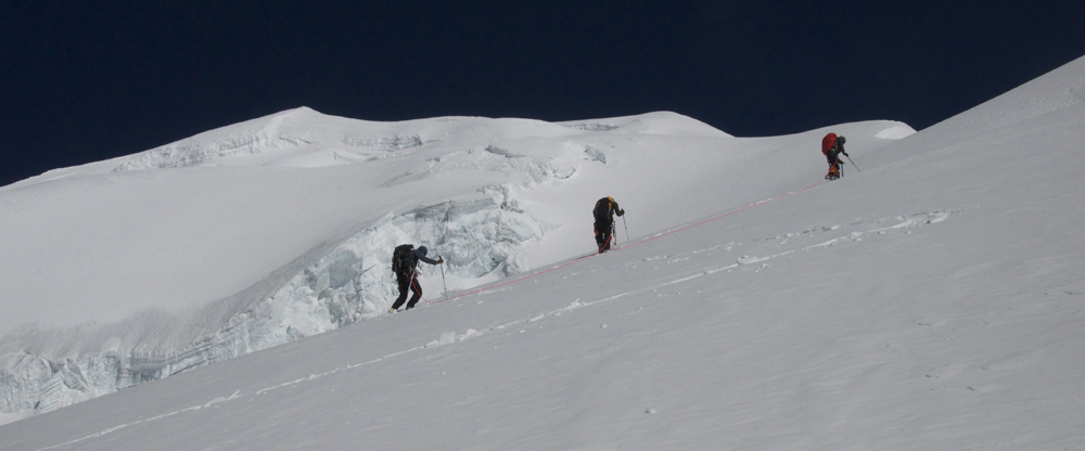 Vers le sommet, qui se trouve à gauche de l'image.