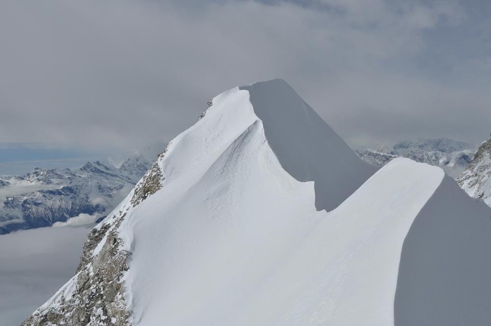 Initialement, je souhaitais rendre visite au vrai sommet du Petit Larkye Peak et peut être en faire la traversée. Mais l'accès au col était cette année un peu exposé aux séracs. Et dans ce style, nous avions déjà donné !