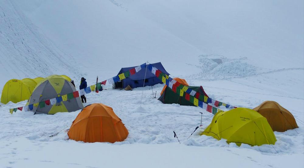Notre camp de base : la tente mess jaune et grise, celle de Paulo verte, cachant celle de Frank et Christian