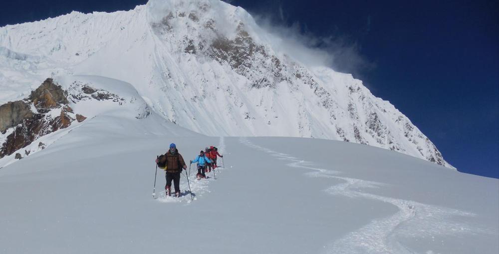 Les 4 rescapés, le camp d'Alexia en haut des traces, et le C1 au-dessus de l'éperon rocheux à gauche