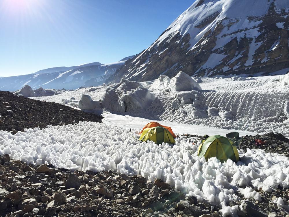 Un camp improbable. La neige c'est moins dur que les cailloux.