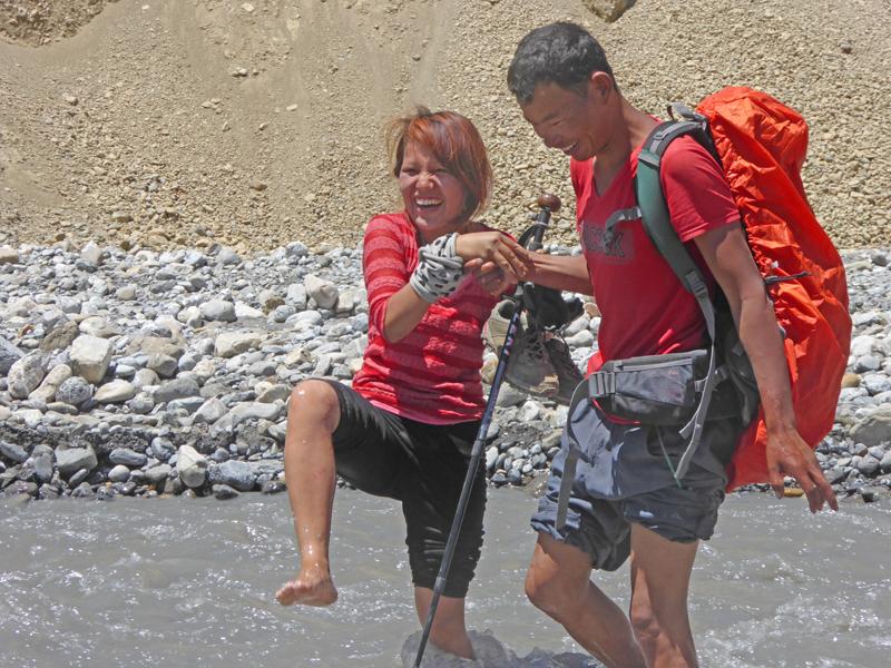 Puspa découvre les joies du trek. Avec Dhan comme ange gardien.