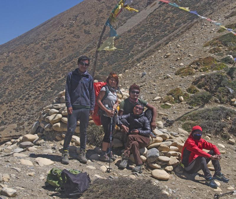 La voici au sommet du Kya La, au-dessus de Dhye, avec tous les garçons. C'est aussi son premier trek et son premier petit boulot. L'argent ainsi gagné lui servira à ouvrir un Beauty Parlour à Kathmandu.