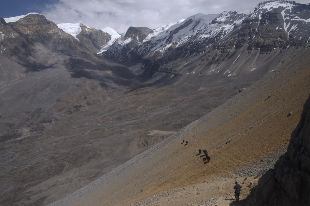 Première vision des alpages de Gayu. Où allons nous installer notre camp de base ?