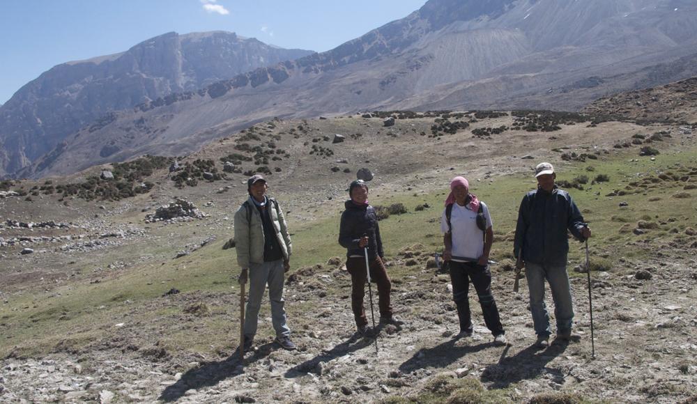 Ce matin c'est repos pour nous, par contre Tonio accompagne la petite équipe qui va repérer l'itinéraire vers Damodar Kunda. Pas vraiment de tout repos pour lui ! Il y a Jilke le muletier, Bishar , Kharma et Tsering, le villageois de Dhye que nous avons embauché.
