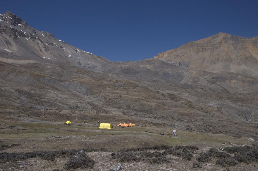 Notre Lo Base Camp, avec une vue sur le Gowa La, le col qui permet de traverser vers Makar et Tangye.
