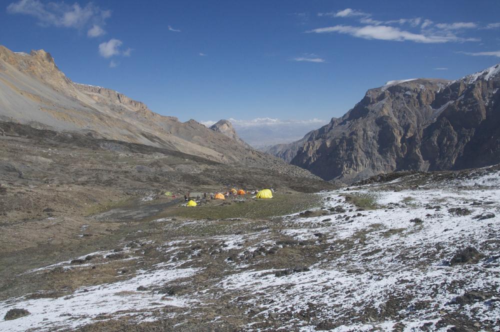 Dans l'alpage de Gayu, notre camp de base, idéalement situé entre l'accès vers le chainon manquant et notre camp de base avancé pour le Futi Himal.