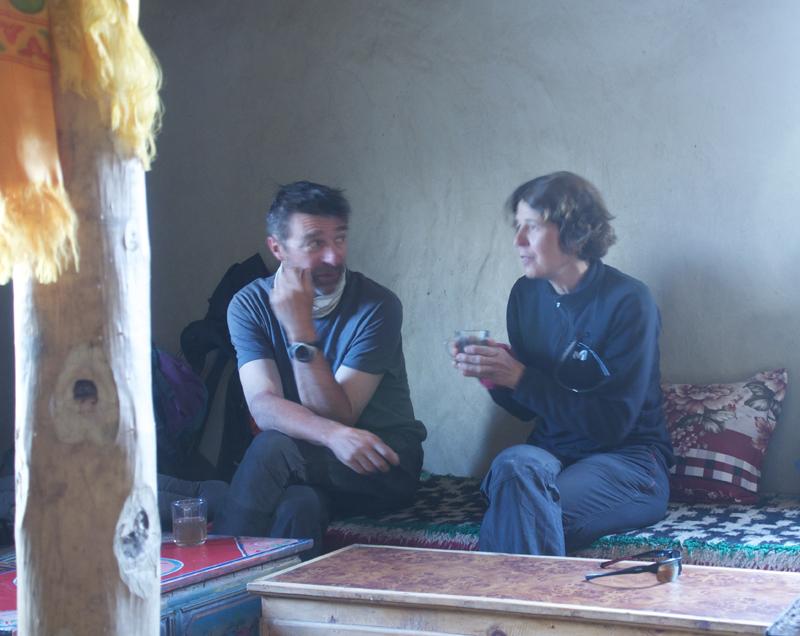 Un moment tranquille dans la maison de la Dame aux clef au petit village de Sisa, avant Konchok Ling.