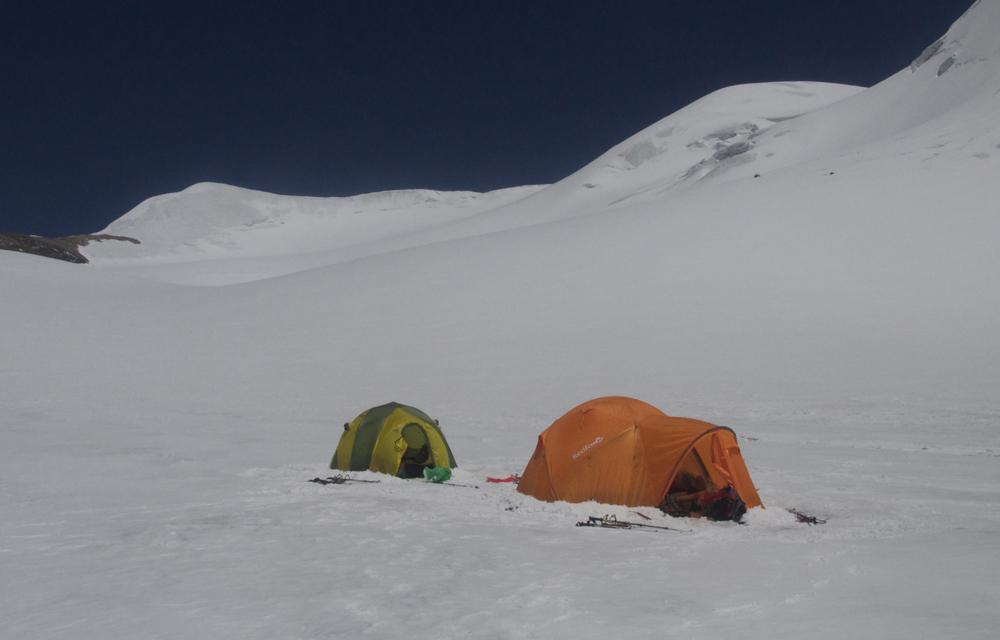Notre camp s'installe doucement. Il y a de la place, mais 1/2 h plus haut l'emplacement aurait été plus plat.