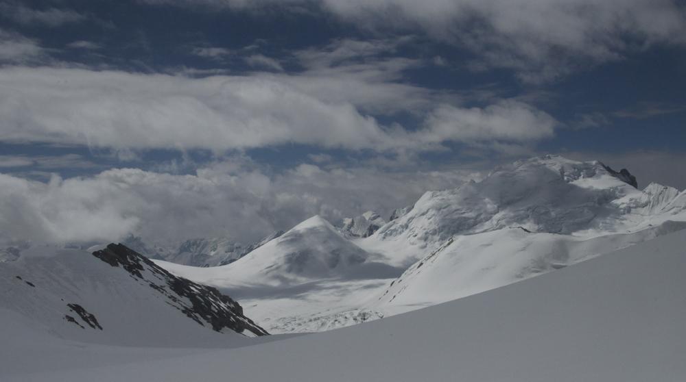 Depuis le col avant le Bhrikuti, une vue vers le glacier.