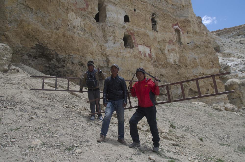 A Ridzin Ling, Rajan donne un coup de main à nos deux porteurs d'échelles.