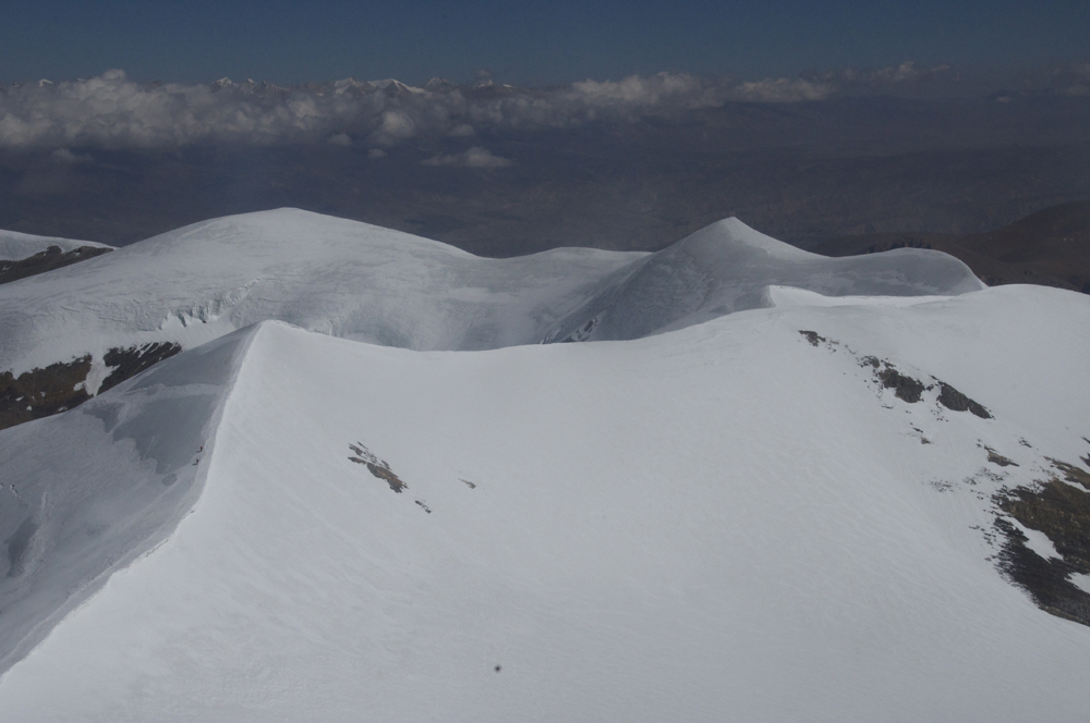 En face, jean-René et Jangbu sont en train de descendre de leur sommet. Dawa Gaze, 6402 m.