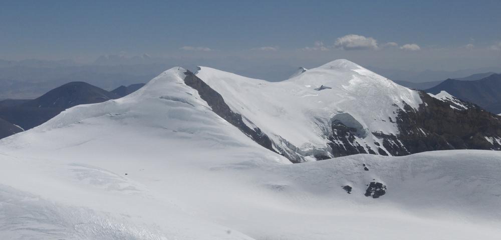Le nouveau sommet du Bhrikuti. Cette saison, avec beaucoup trop de glace, et c'est un peu la data pour envisager une traversée avec tout notre matériel.