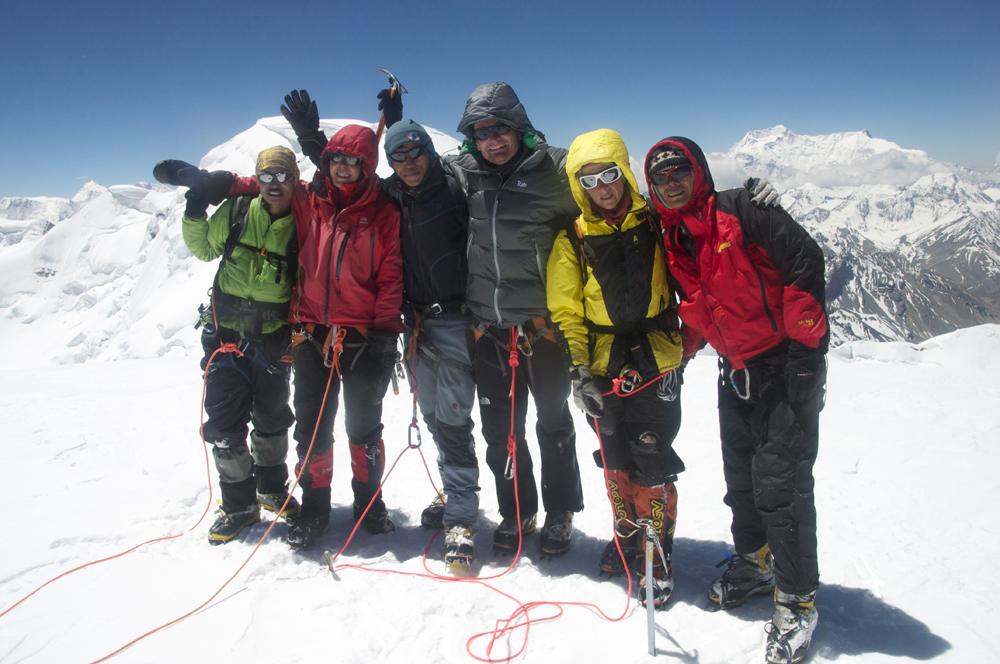 Un instant de bonheur, au sommet du Keiko Kangri. Dhane, Cornélie, Deepen, Loic, Sonia et Rajan.