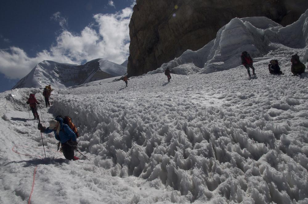 Il est déjà un peu tard et vers le bas du glacier la neige est particulièrement abominable. Nous enfonçons parfois jusqu'à la taille.