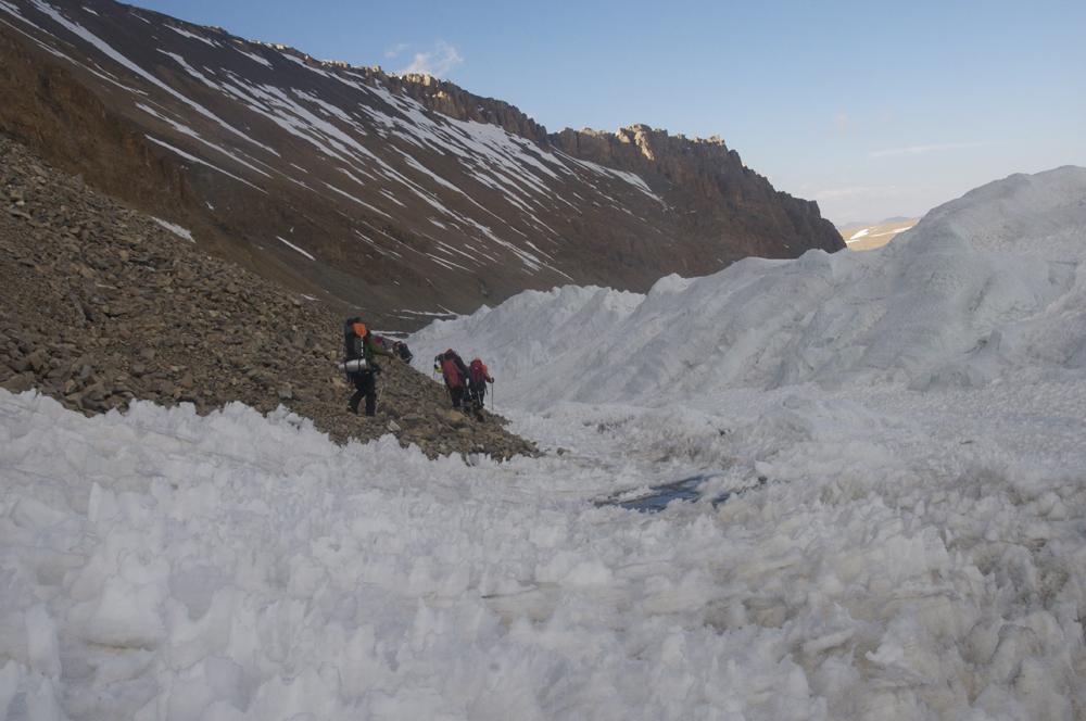 Quand enfin, nous sortons du glacier, le terrain n'est pas vraiment plus facile, ni agréable. Surtout avec le sommet dans les jambes.