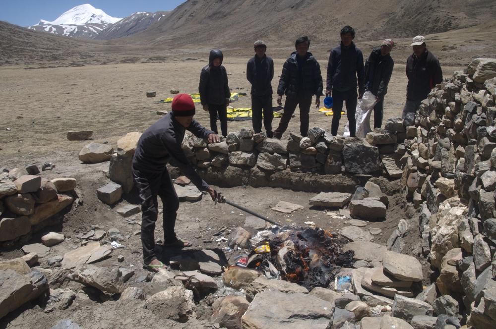 Bishal et l'équipe népalaise vont donc trier tout ça, en emportant les boites de conserve (le sac blanc), puis en essayant de bruler le reste. Et un petit clin d'oeil à Boltzi de Mountain Wilderness. Ce serait tellement plus simple si les expés étaient clean !