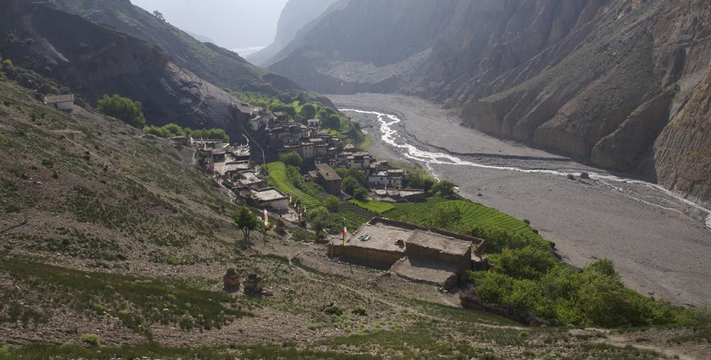 Lupra, premier village du voyage.  C'est aussi la porte d'entrée vers le Mustang que je préfère.